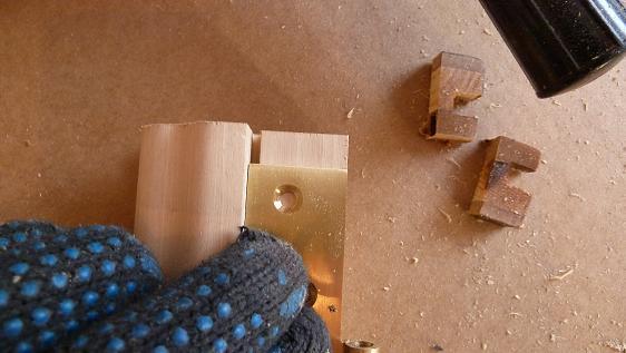 подгонка шаблона для врезки петель