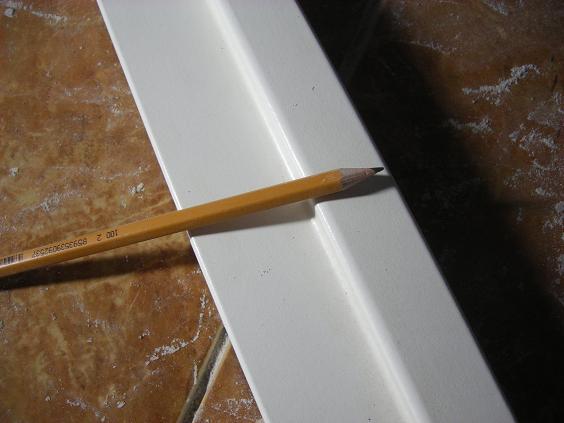 Обрезок коробочного погонажа и разметочный инструмент